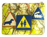 cassis-royal-boutique-laguiole-aubrac-aveyron-pochette-N1-nationale-7-panneau-routier-attention-ecole-teckel-train